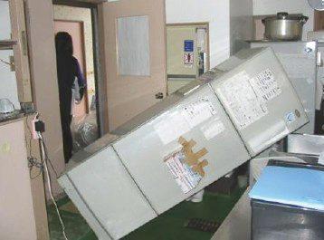 地震で倒れた冷蔵庫